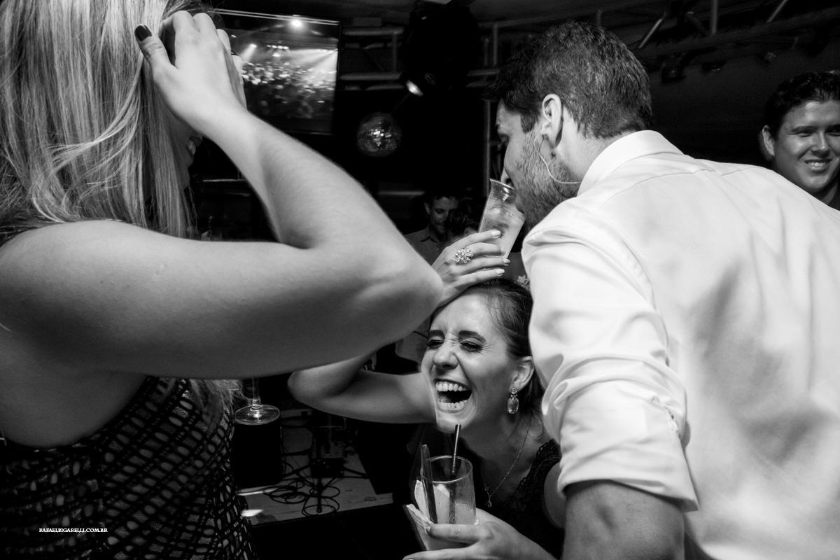 convidados colocam copos na cabeça em festa de casamento