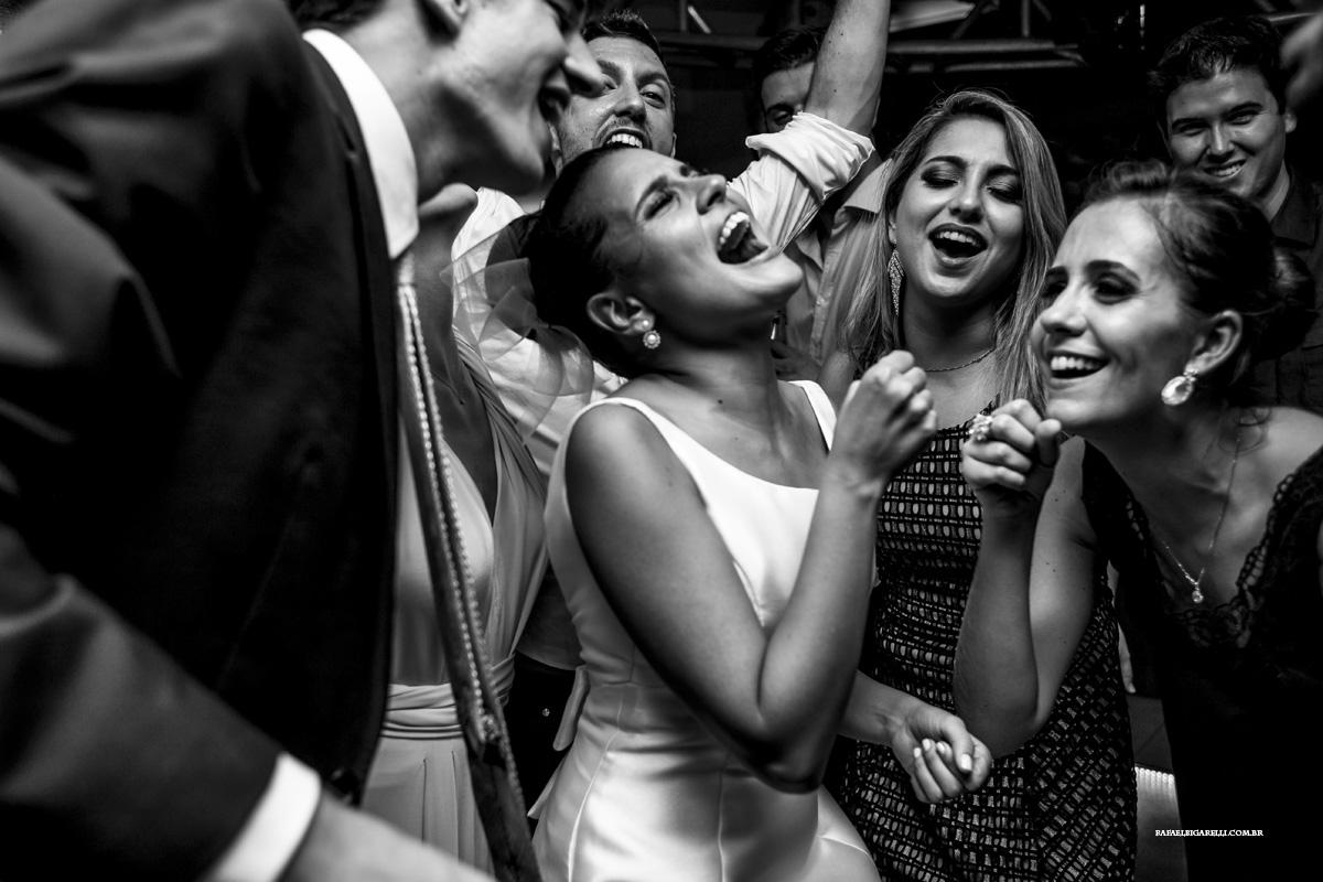 casamento animado com noiva e convidados se divertindo muito