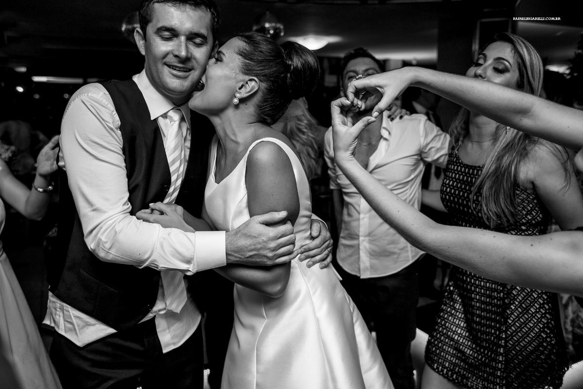 os noivos trocando carinho durante a festa do casamento