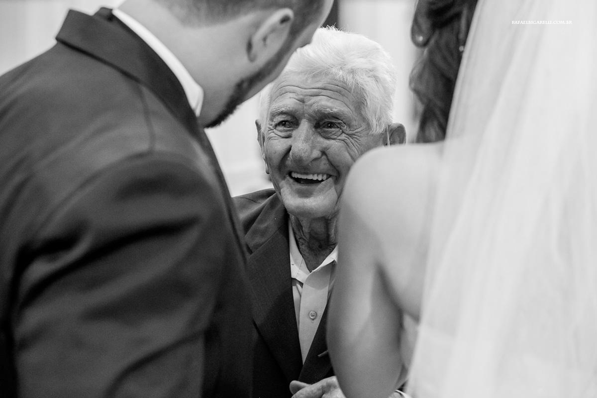 emoção do avó ao ver os noivos