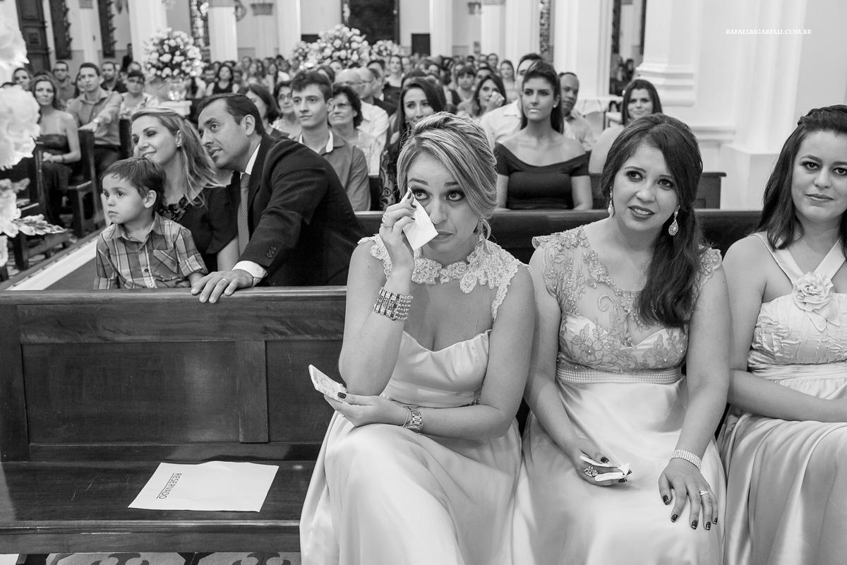 madrinha emocionada no casamento