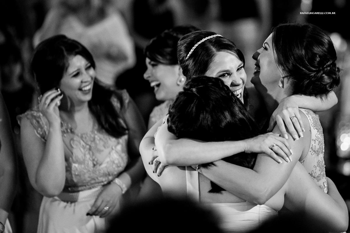 noiva abraçando suas amigas na festa