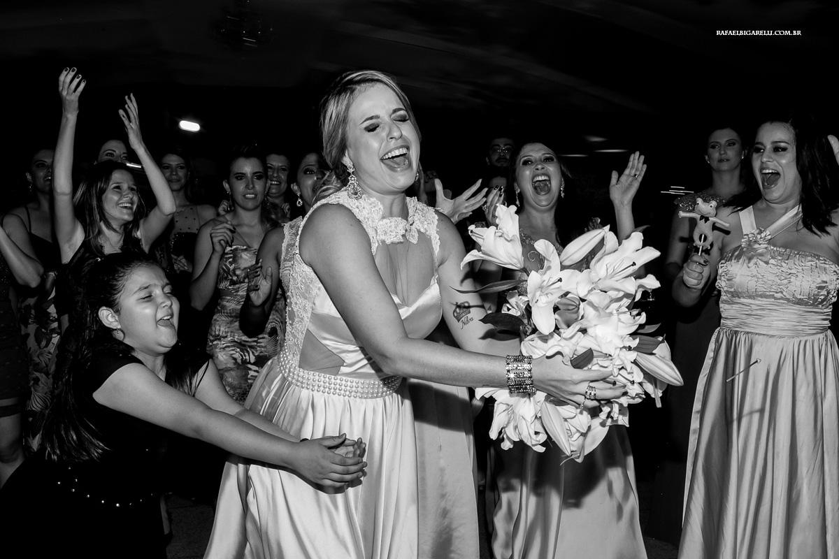 convidada pegando o bouquet