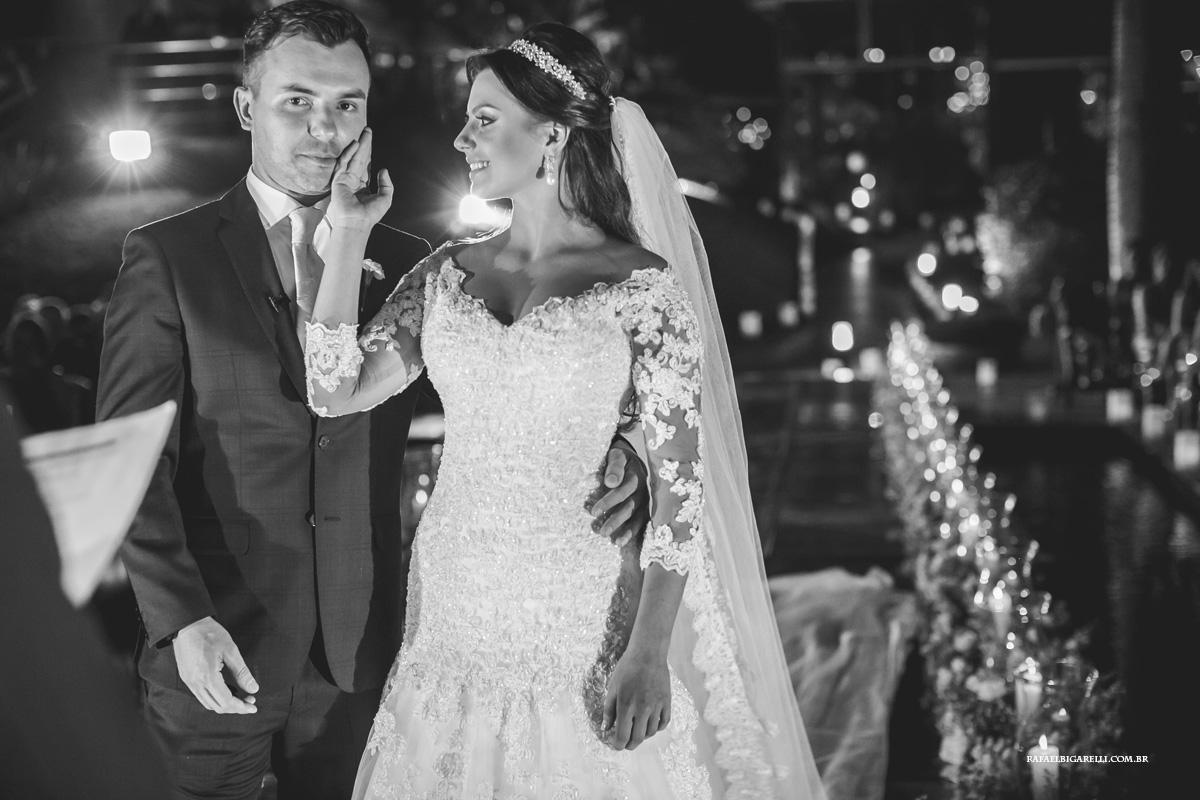 noiva faz carinho em noivo no casamento