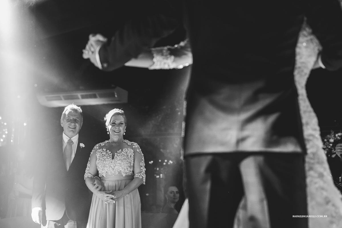 primeira dança dos noivos com seus pais olhando emocionados