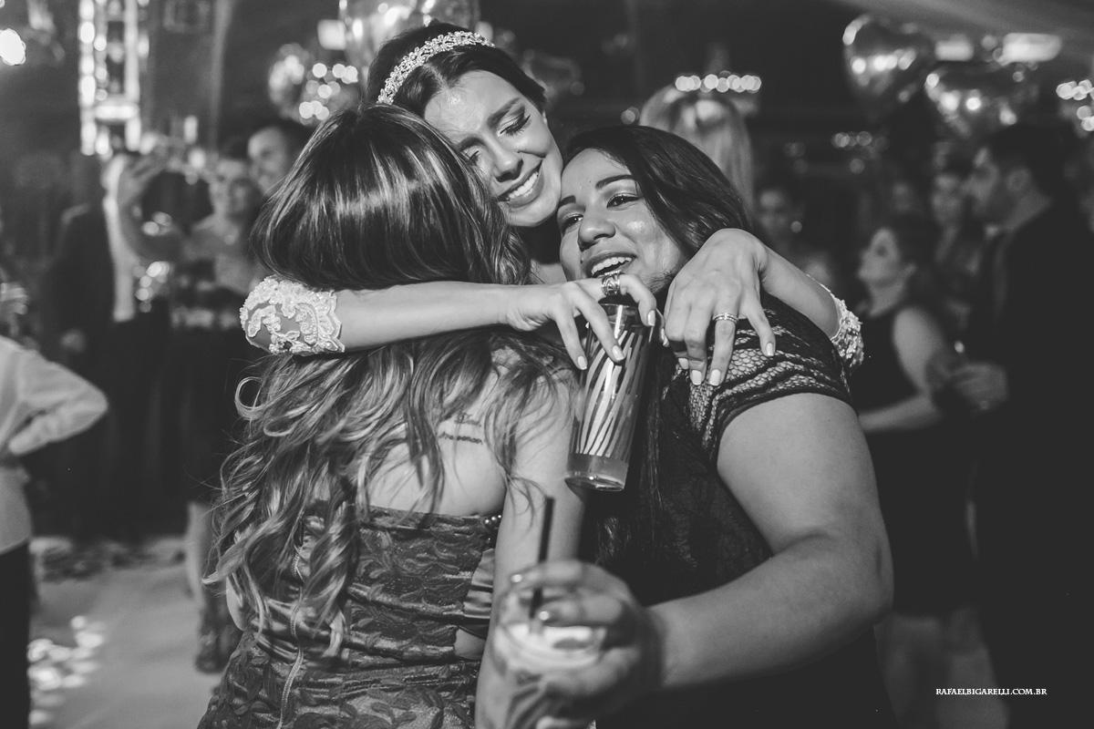noiva abraçando suas amigas na festa do casamento