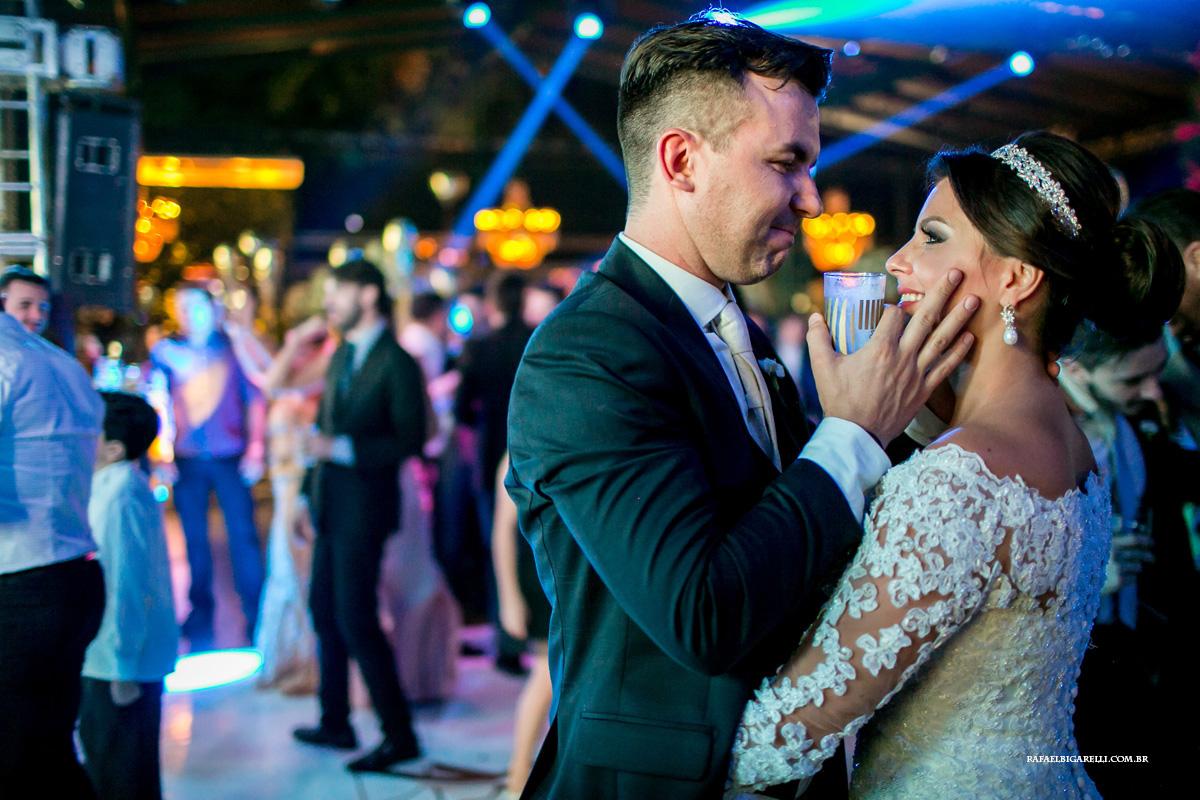 casal de noivos trocam carinho no final do casamento