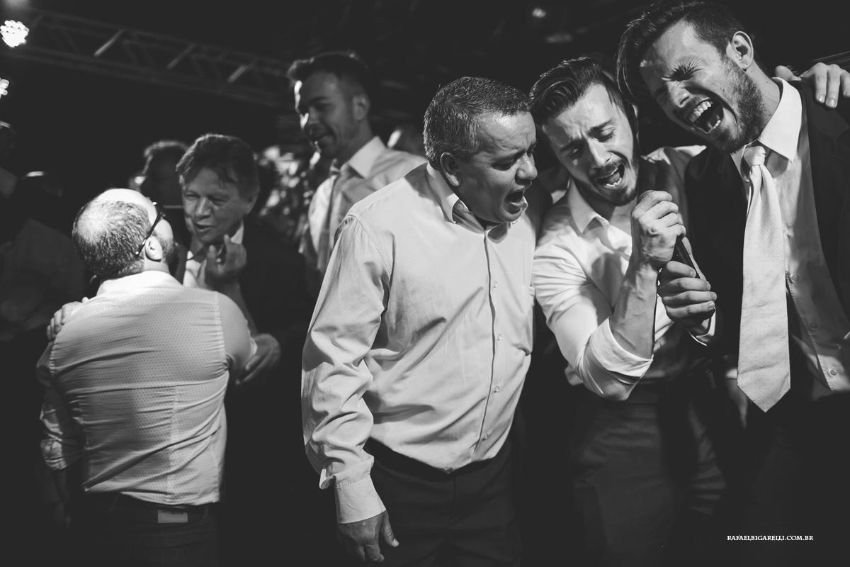 convidados do casamento se diverter ao cantar