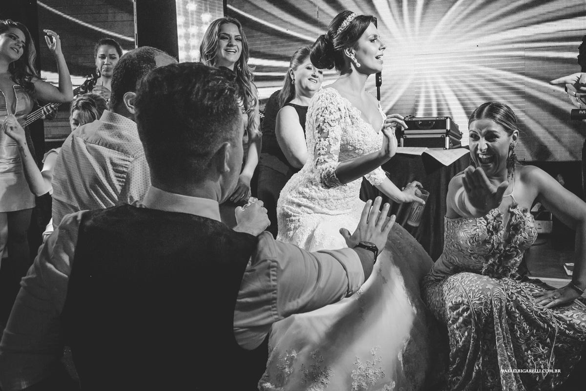 os convidados indo até o chão na festa de casamento