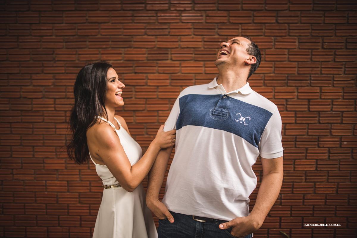casal de noivos dando risada