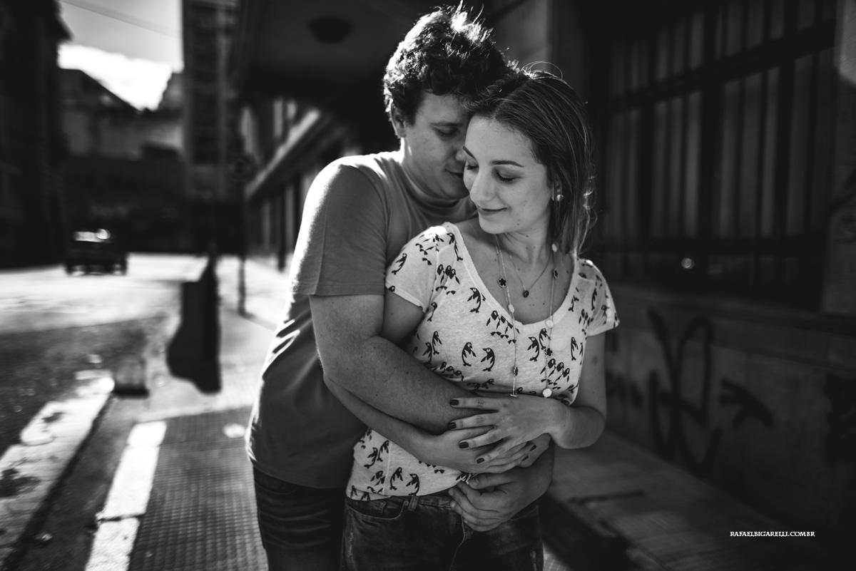 casal de noivos se abraçando no centro de são paulo