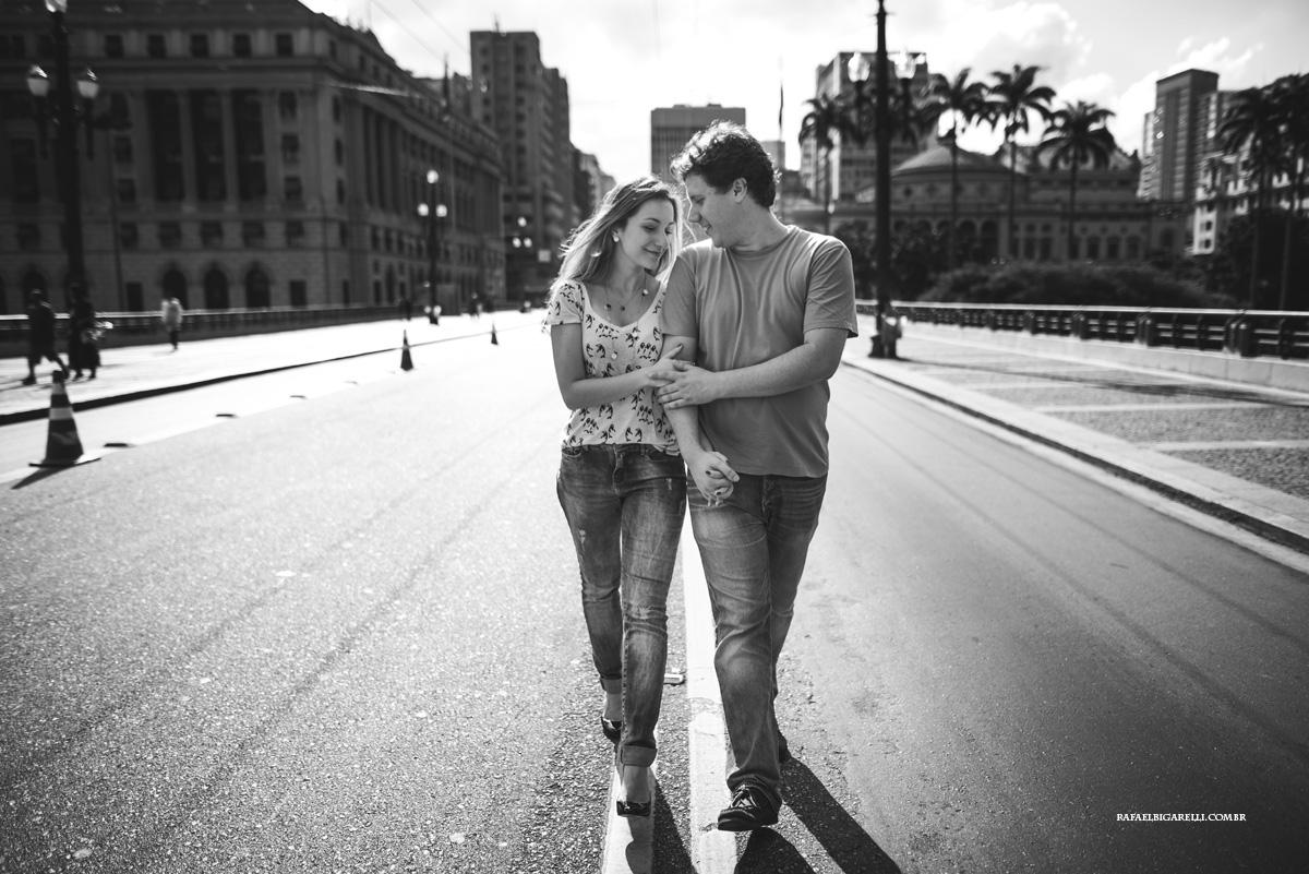 casal de noivos caminham pelo centro de sao paulo em sessao de fotos pre casamento