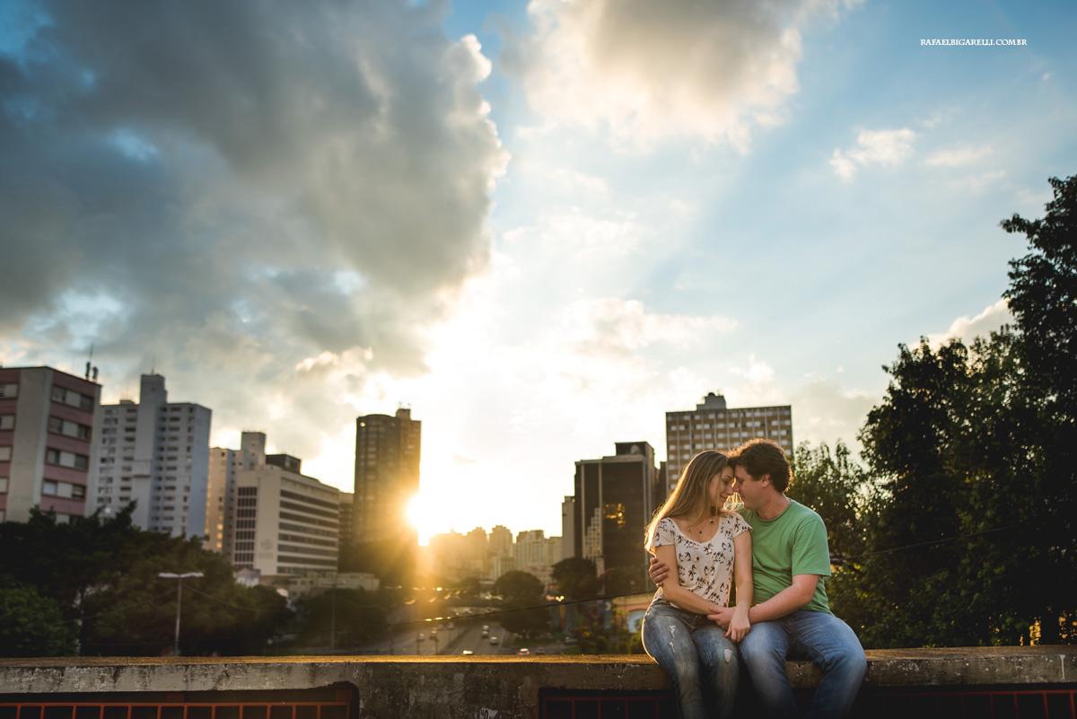 casal de noivos namoram ao por do sol na cidade de são paulo