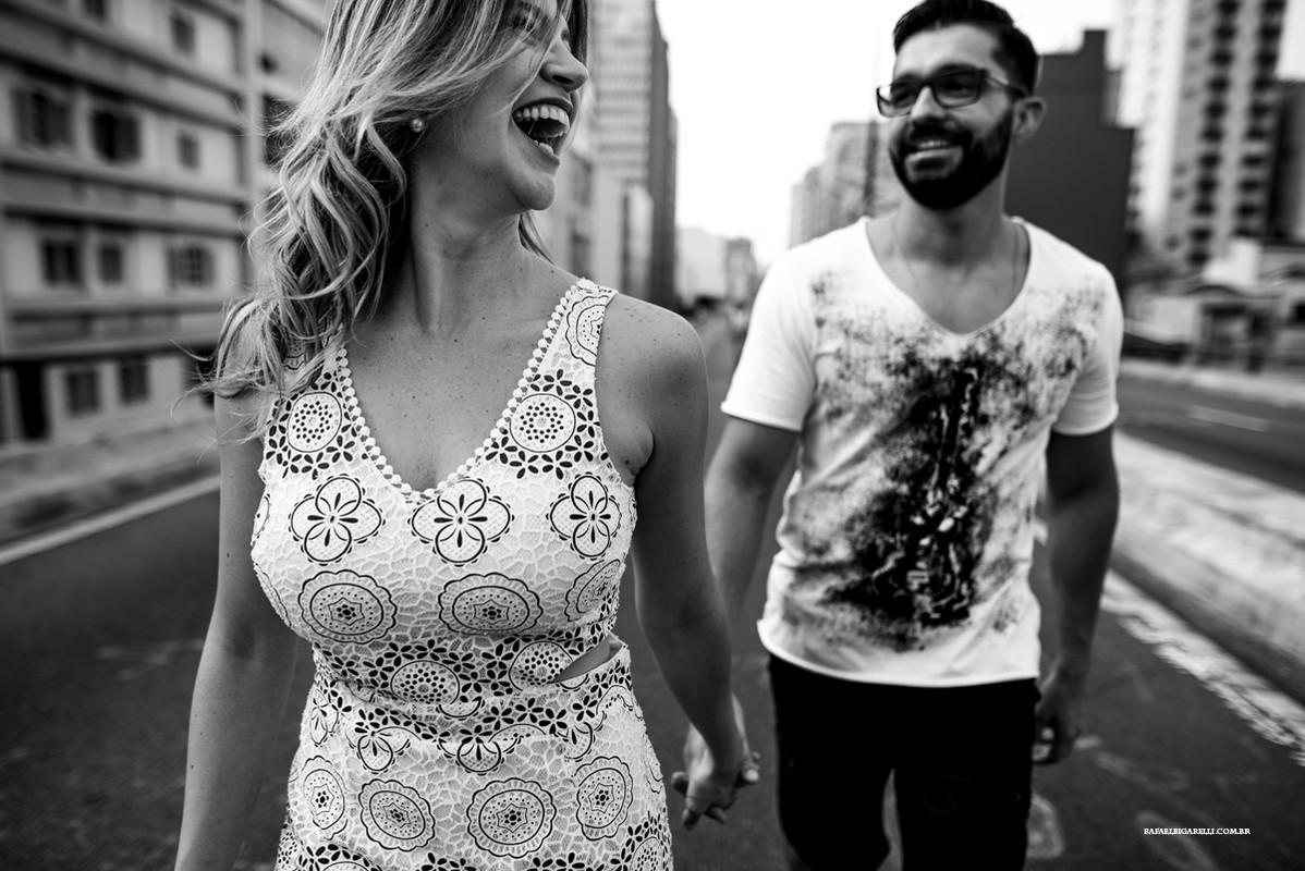 noiva caminhando com seu noivo no miconhocão