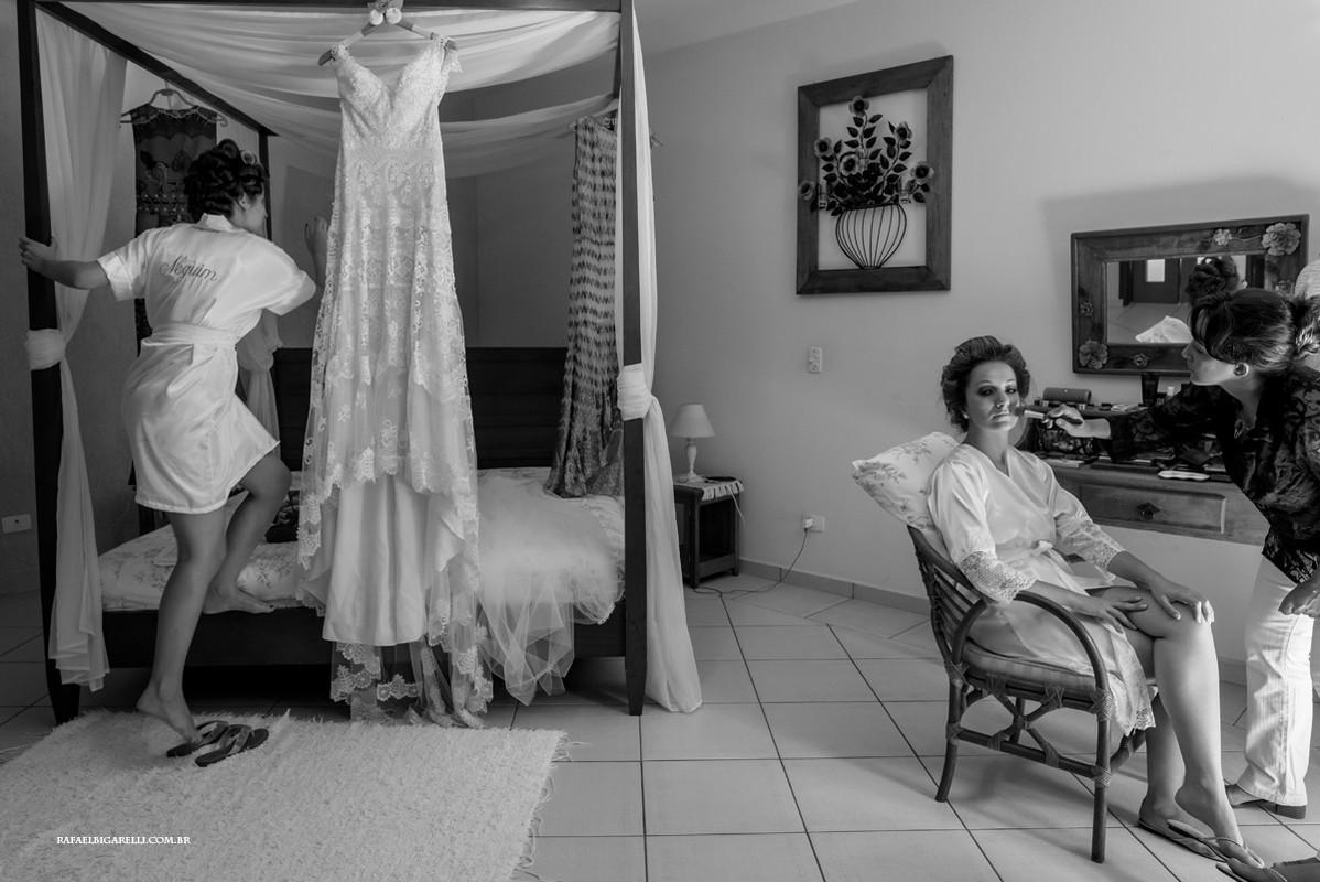 noiva se arrumando e sua irma arrumando o vestido em cima da cama
