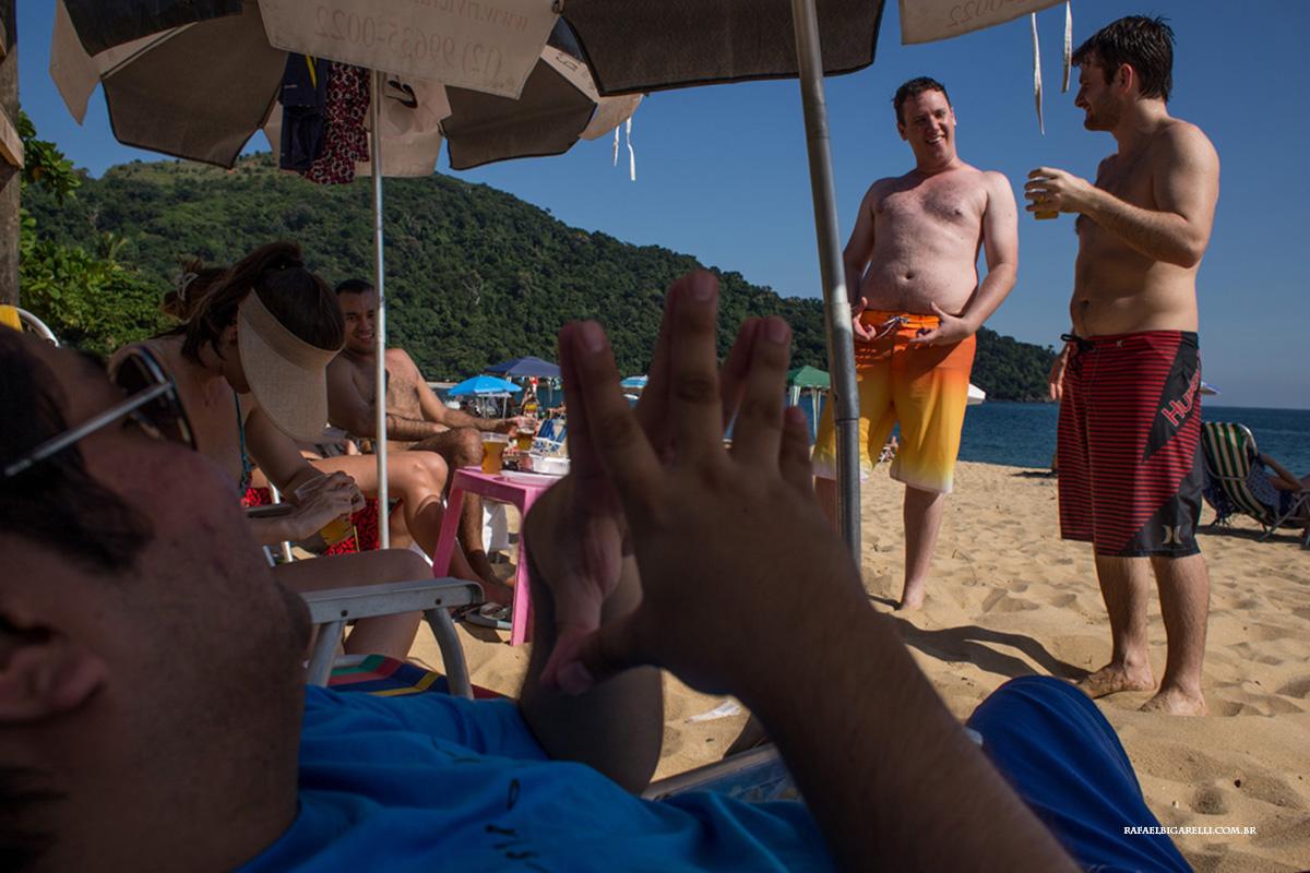 noivo e amigos na praia