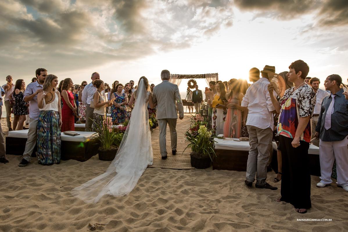 entrada da noiva na praia de toque toque pequeno