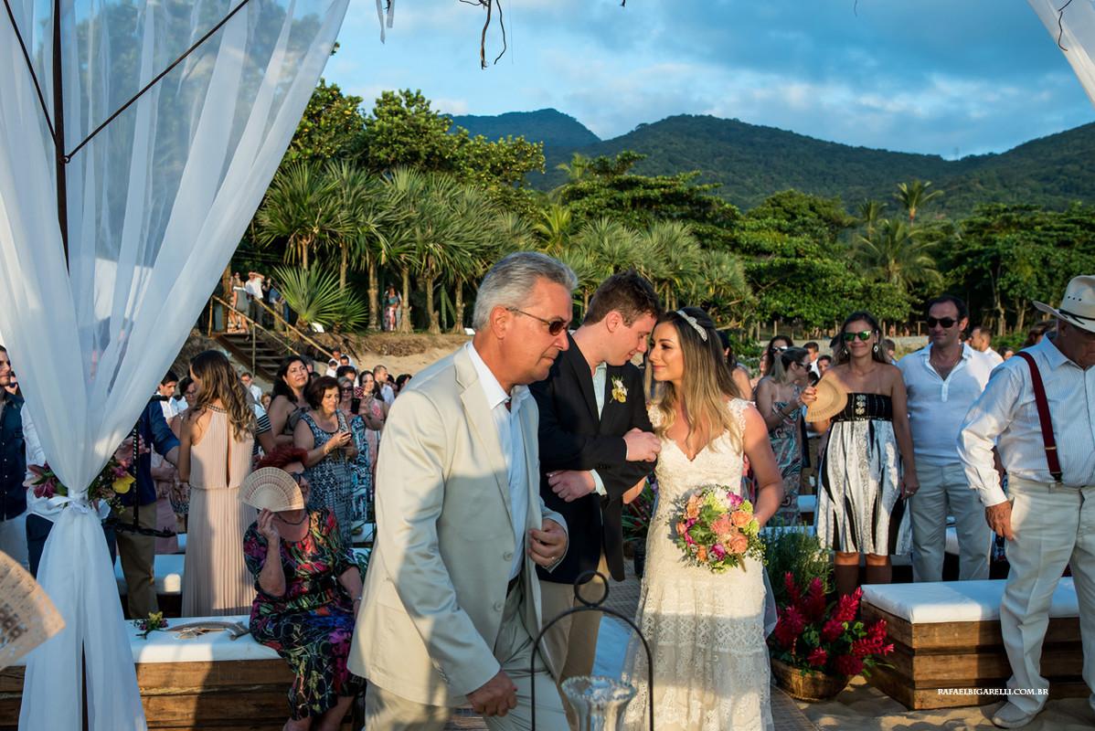 noivos se encontrando em casamento na praia