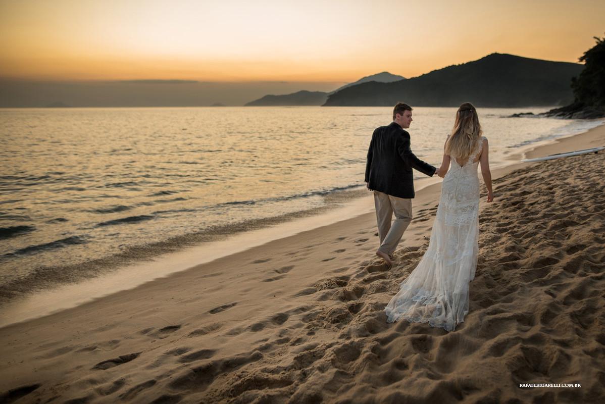 noivos caminhando na praia