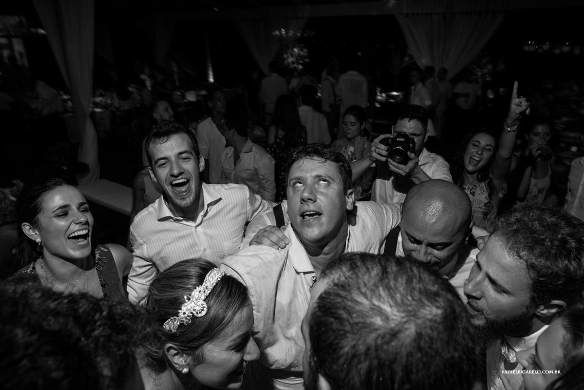 noivo curtindo a festa de seu casamento