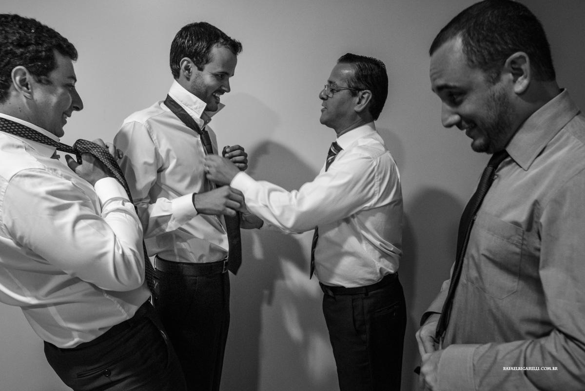 amigos ajudam o noiv a dar nó na gravata