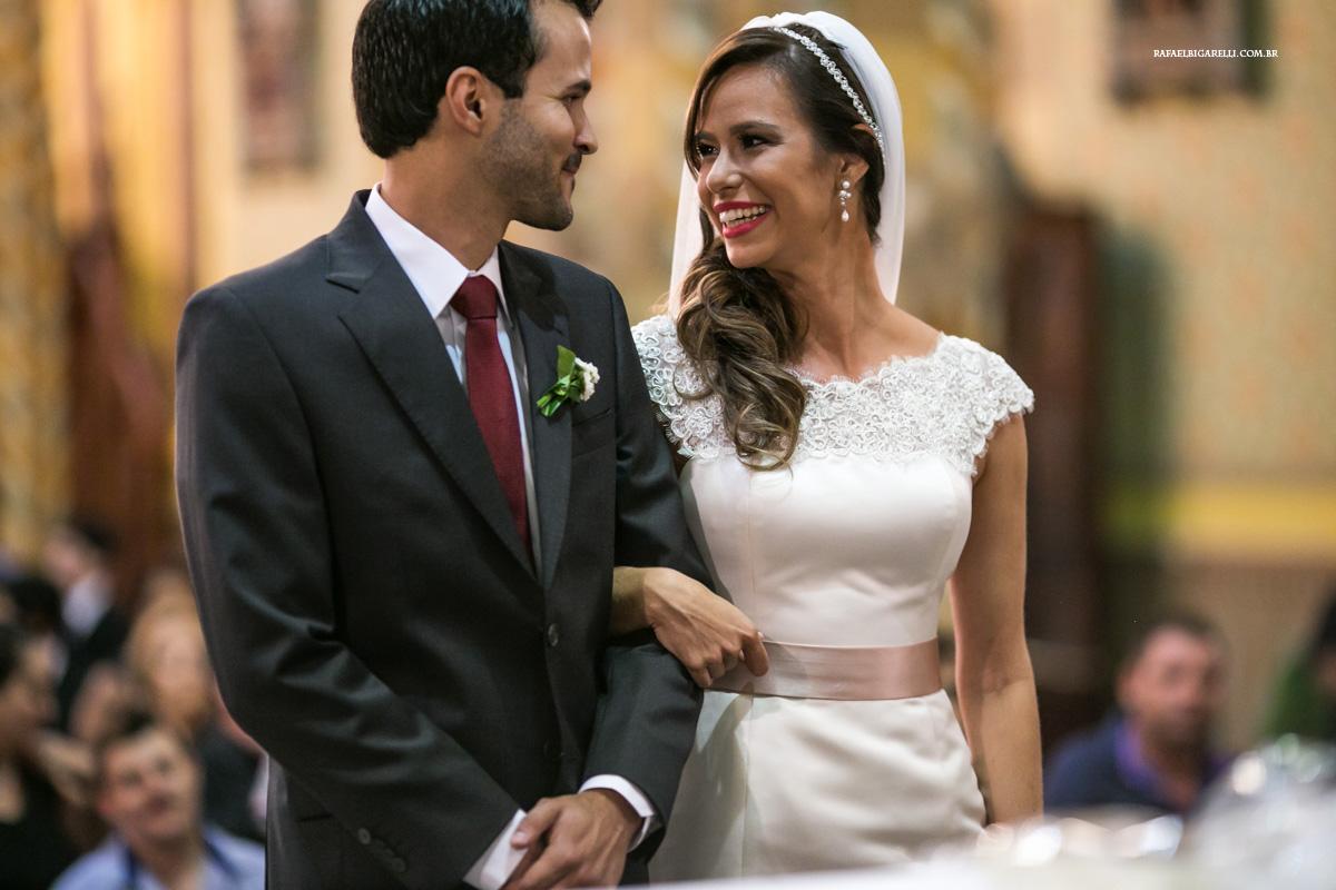 noivos se olham durante cerimonia de casamento