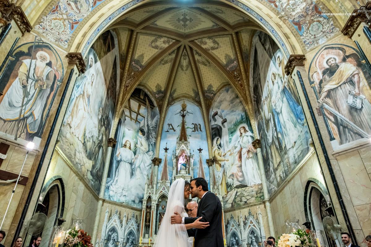 carinho dos noivos após o beijo
