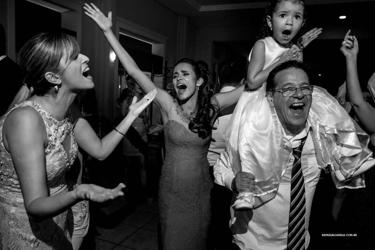 até a criança entrou o clima da festa de casamento