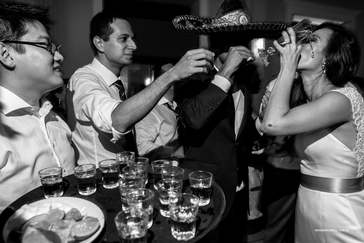 noiva tomando tequila na festa