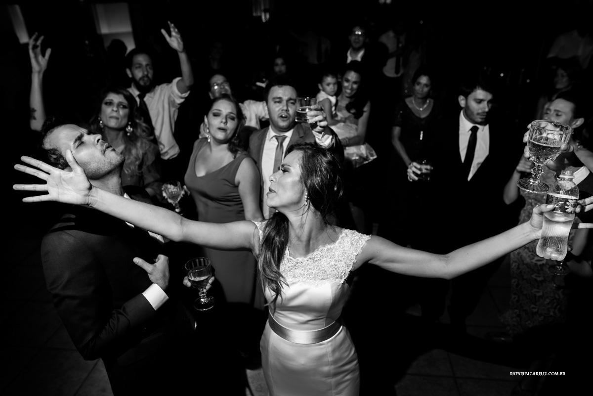 amigos e noivos curtem muito a festa do casamento