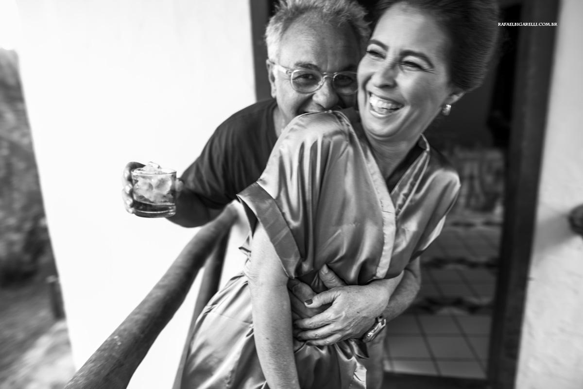 abraço dos pais da noiva antes da cermonia