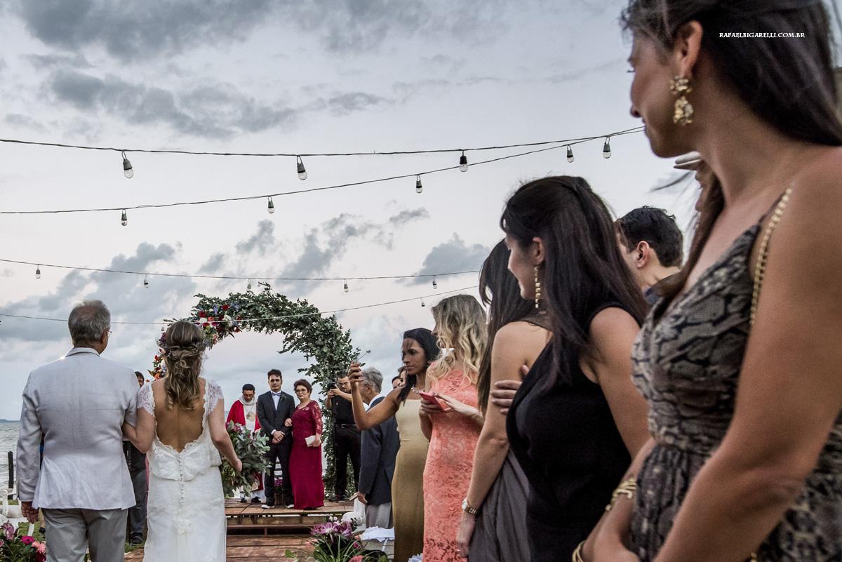 entrada da noiva com o noivo olhando para ela
