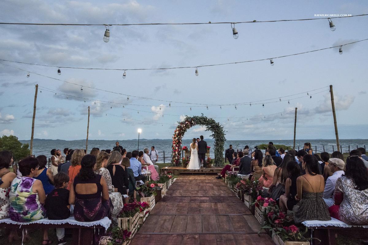 noivos casando na beira do mar