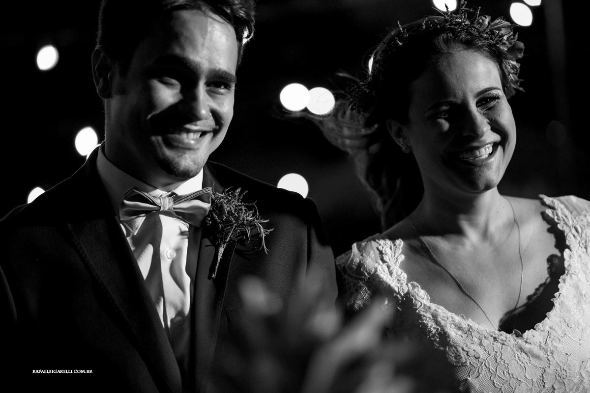 noivos sorrindo na cerimonia do casamento