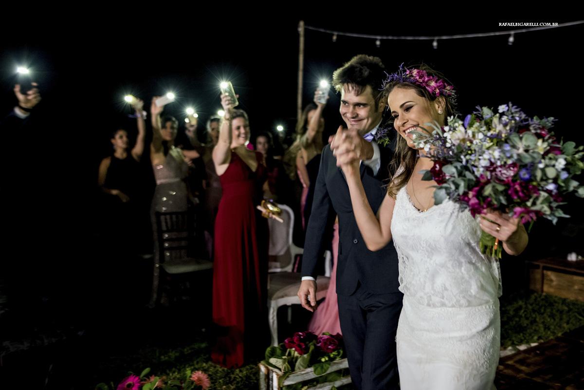 saida dos noivos com luzes de celular