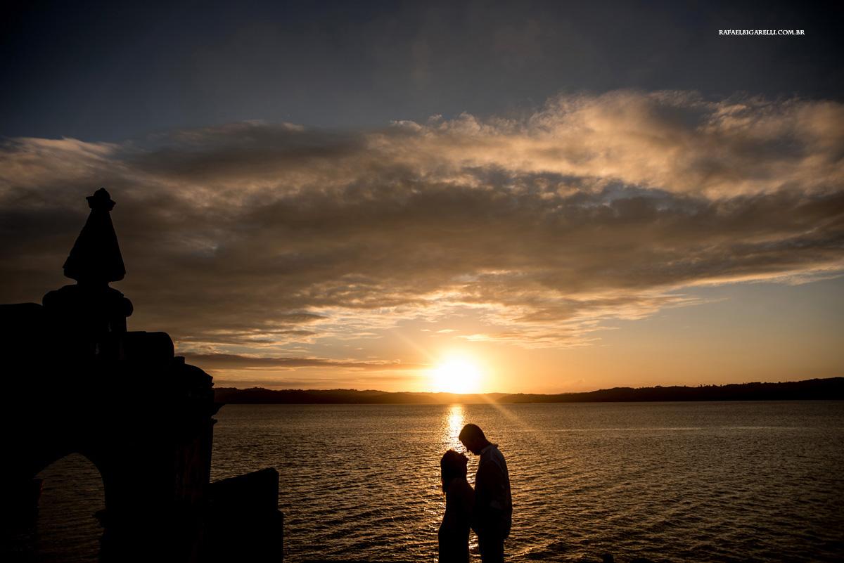casal namorando ao por do sol na bahia