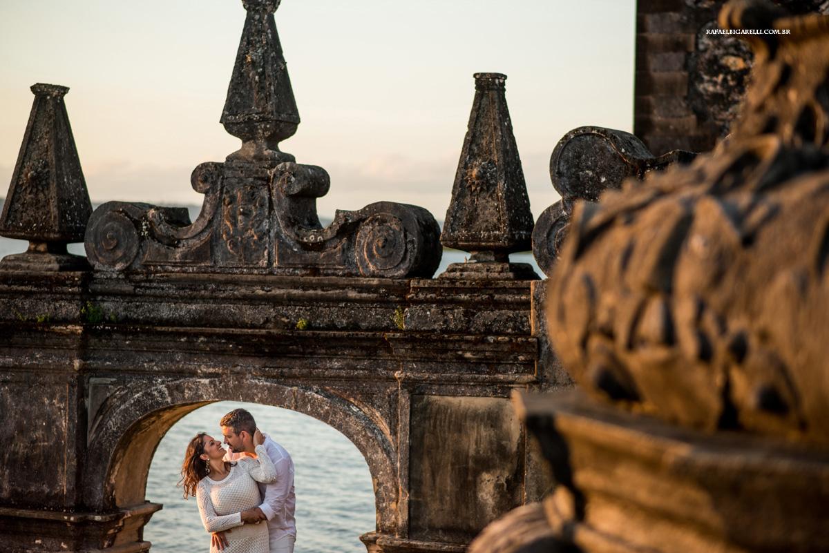 casal de noivos namoram a beira do rio na bahia