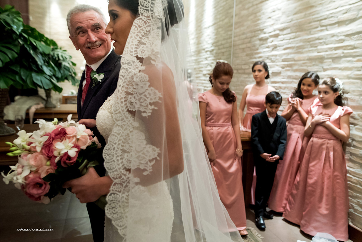 pai da noiva olhando para sua filha antes da entrada do casamento