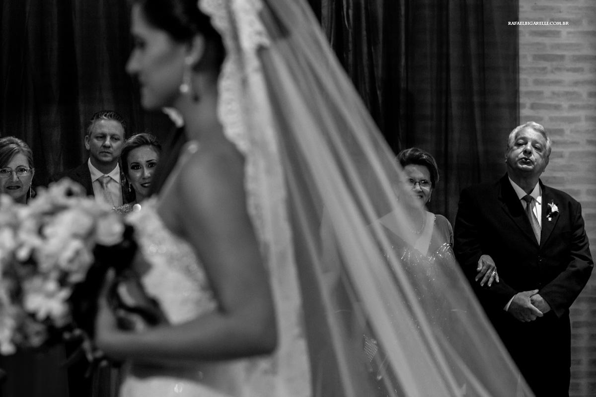 pai do noivo suspira ao ver o casal chegar ao altar