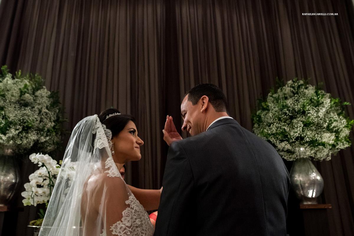 noiva faz carinho em noivo durante a cerimonia