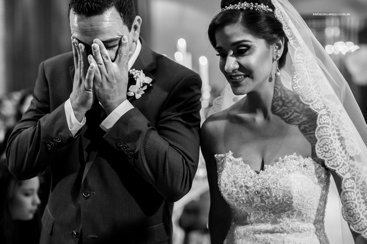 noivo chorando no casamento