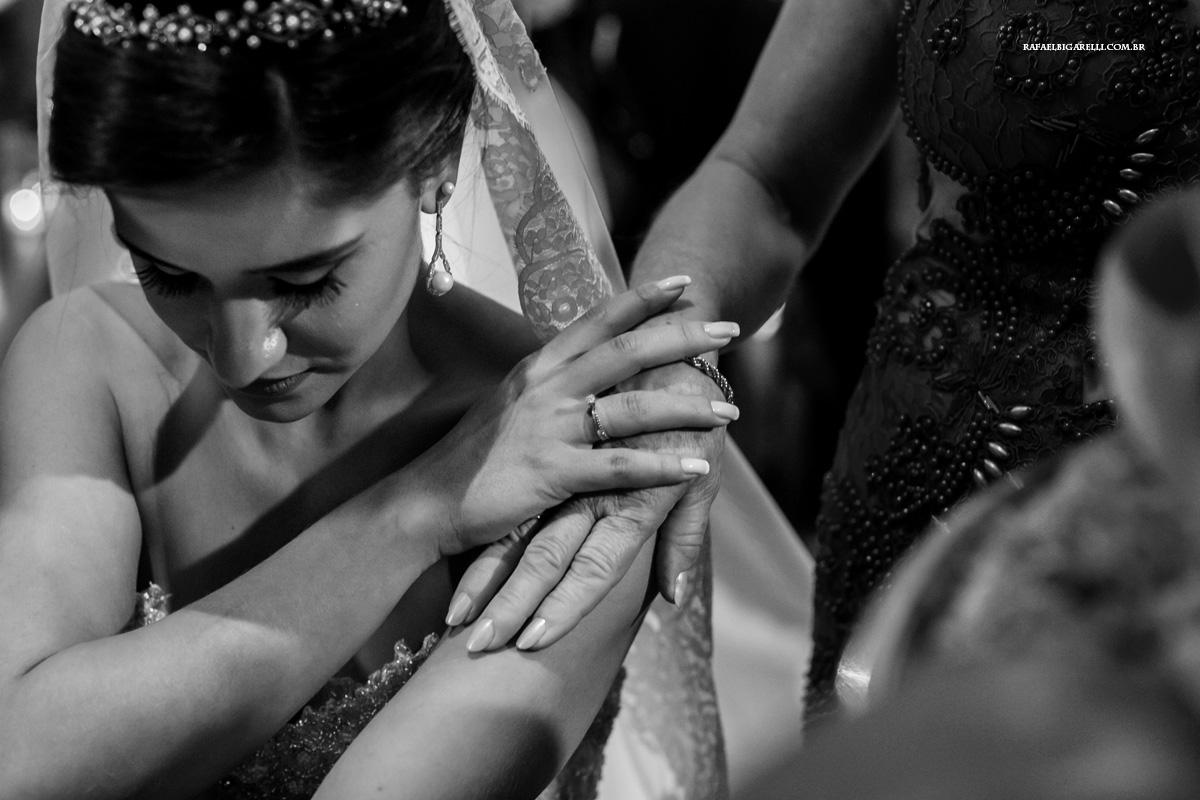 as mãos de mãe e filha juntas no casamento