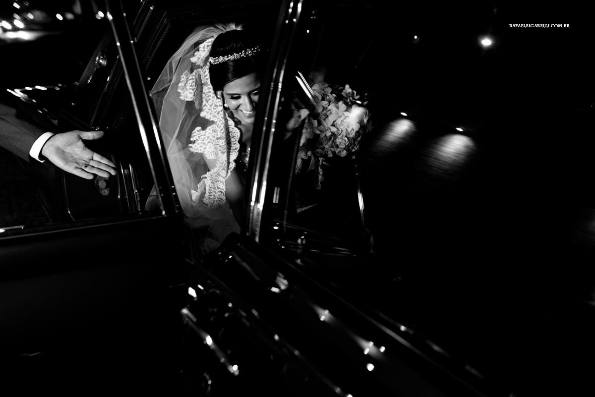 noiva sendo acolhida por seu pai no carro