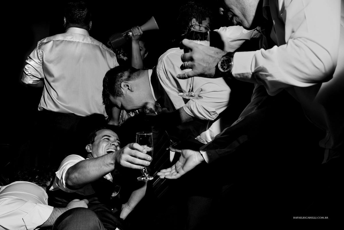 noivo caindo na festa