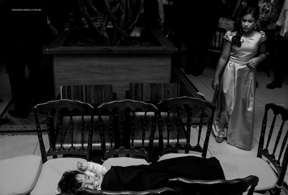 crianças dormindo na festa de casamentp