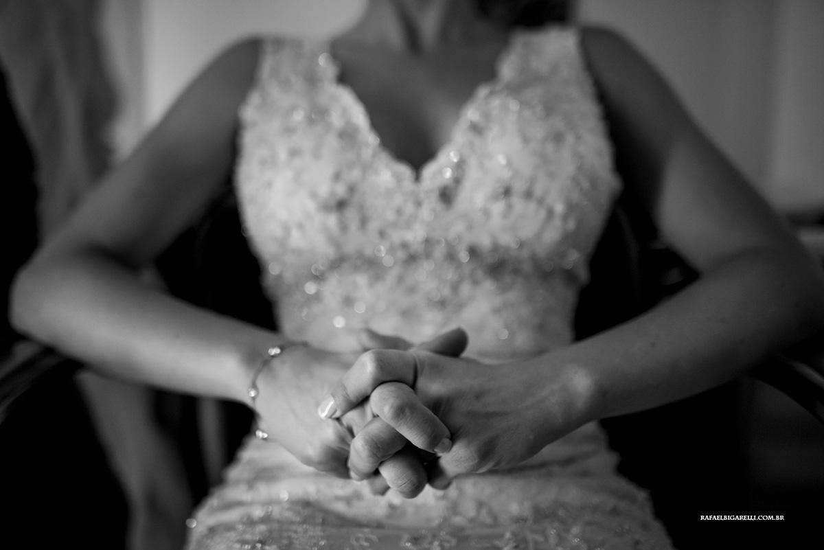 noiva com dedos cruzados de ansiedade antes da cerimonia