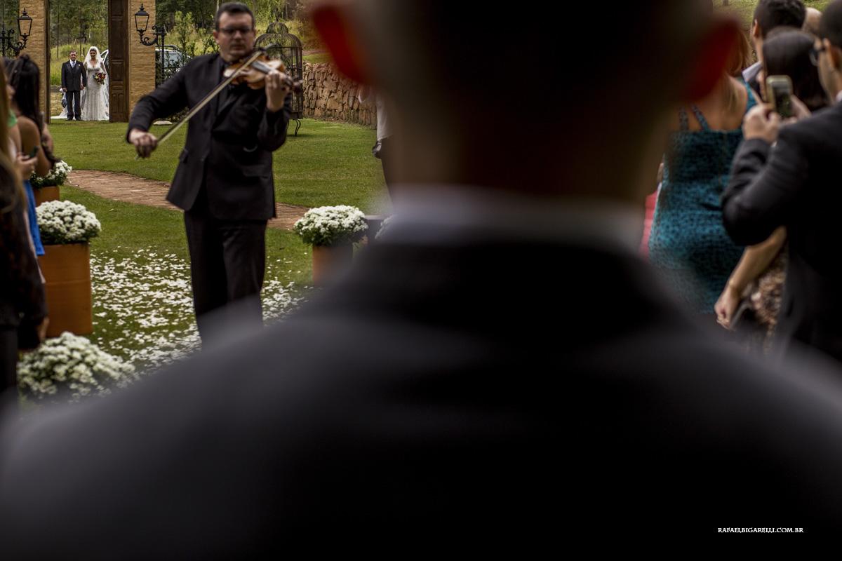 visão do noivo assim que a noiva aparece pela porta do casamento