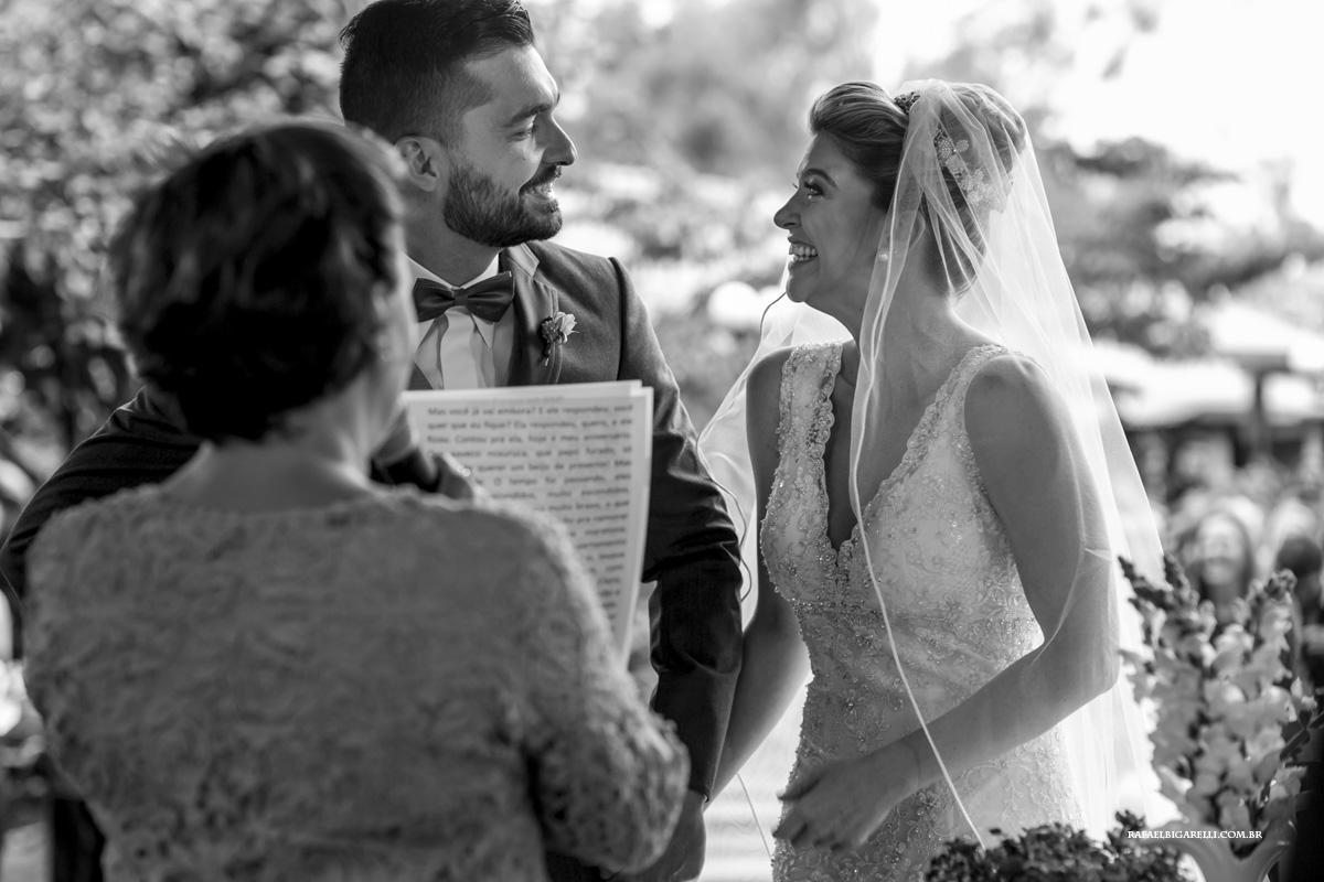 noivos se olhando durante casamento