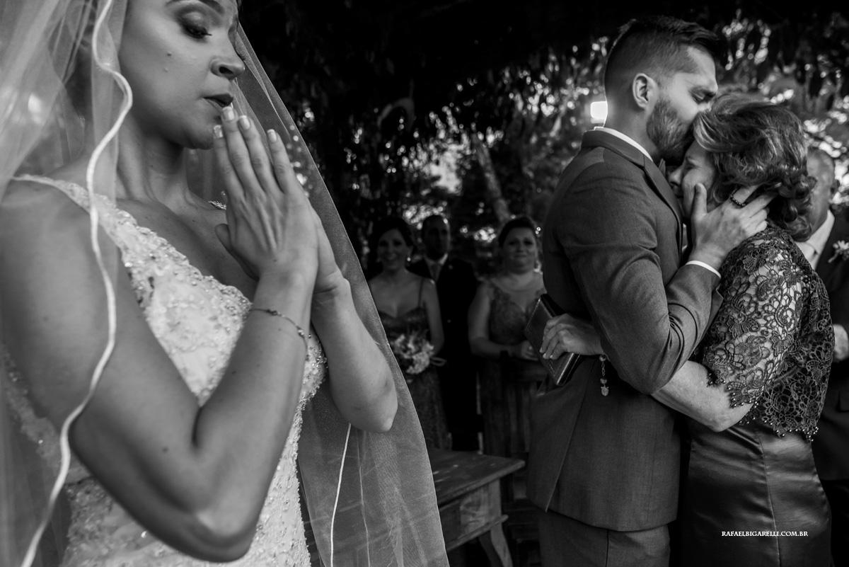 noiva se emociona nos cumprimentos do casamento