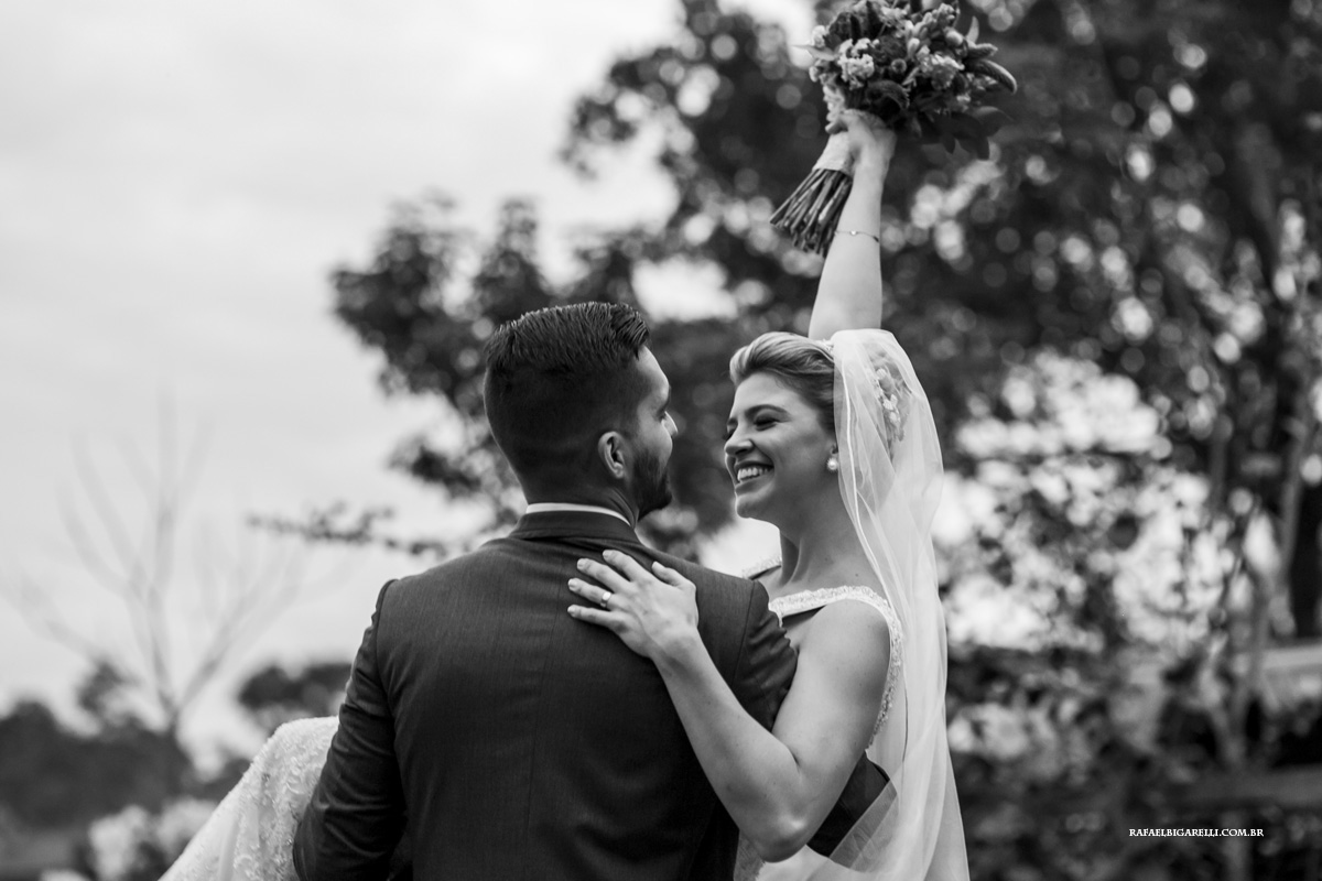 noivo carrega noiva no colo